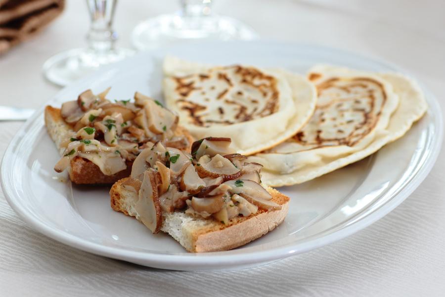 Crostini e cascioncini al tartufo